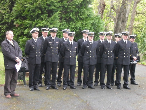 Officers_from_orp_blyskawica_at_east_cowes_cemetery